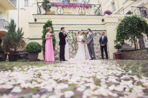 Свадебная церемония в дворике отеля Воздвиженский